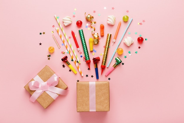 Sfondo festa di compleanno con regalo e lecca-lecca