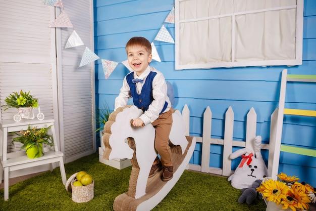 Festa di compleanno per bambino carino. divertimento, gioia, festa e vacanza.
