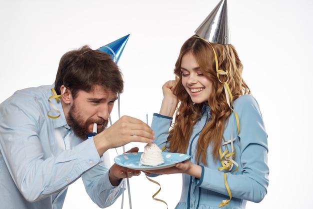Festa di compleanno discoteca giovani con torta e colonne divertenti vista ritagliata primo piano