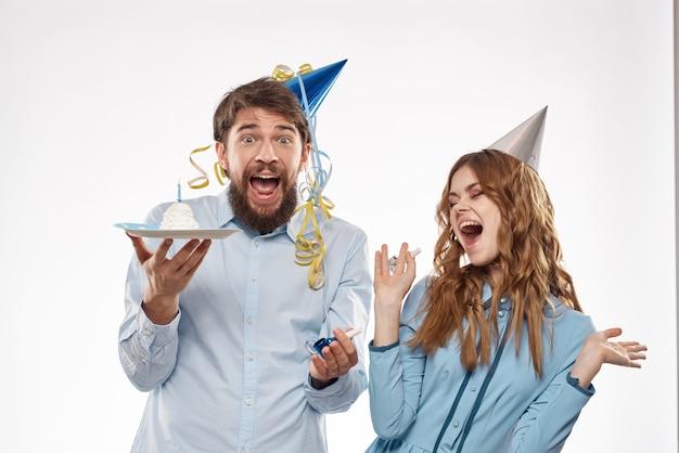 Festa di compleanno discoteca giovani con torta e coriandoli