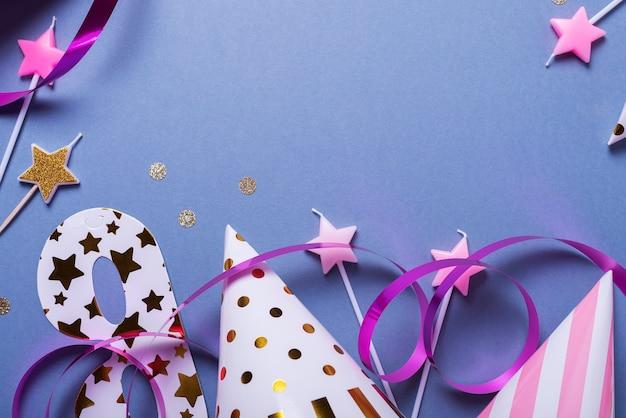 Carta di invito festa di compleanno con cappelli, maschere e candele