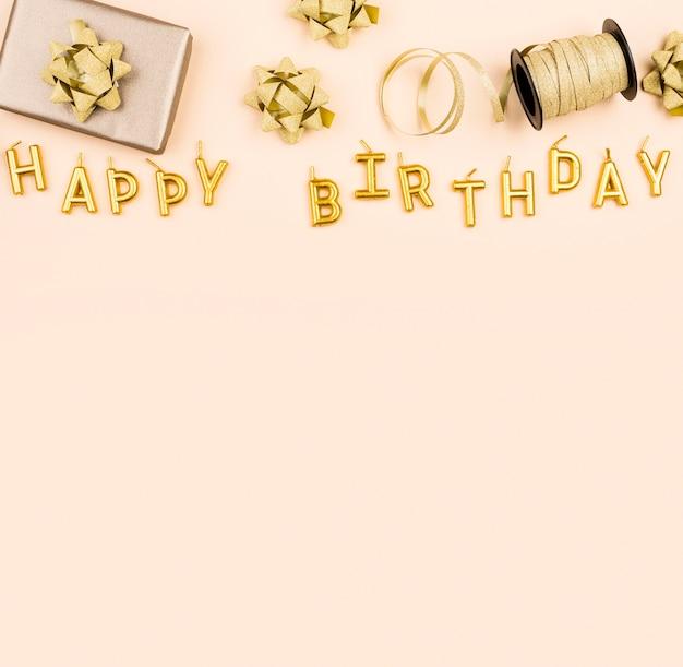 Nastri di compleanno con vista dall'alto attuale