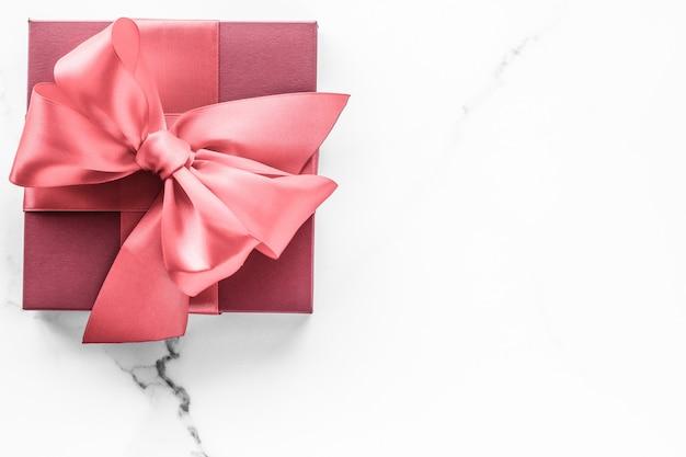 Compleanno, matrimonio e concetto di branding girly