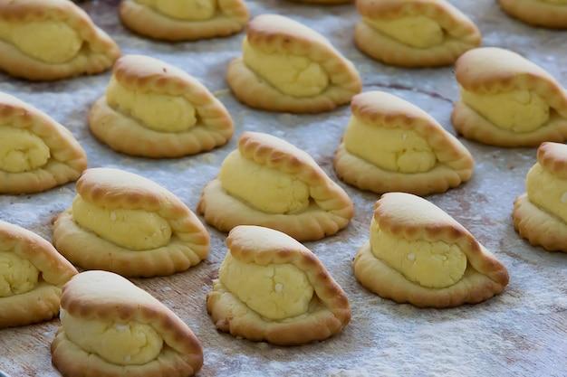 Biscotti di pasta frolla con ricotta su una teglia