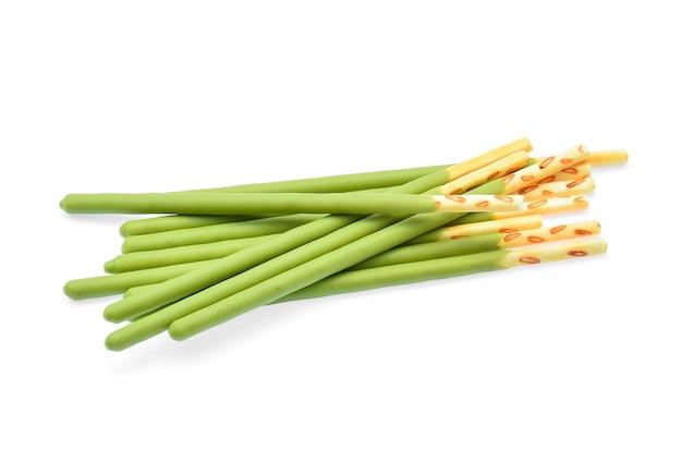 Biscotto in stick con tè verde aromatizzato isolato su sfondo bianco.