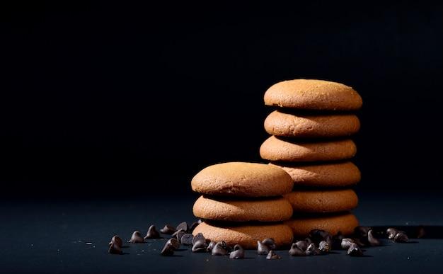 Biscotti - pila di deliziosi biscotti alla crema ripieni di crema al cioccolato