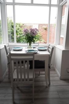 Bishop, auckland, regno unito 27 luglio 2021. bella sala da pranzo con tavolo bianco, sedia e delizioso bouquet di fiori