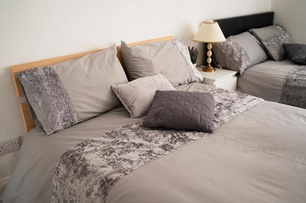 Bishop, auckland, regno unito, 27 luglio 2021. lussuoso letto matrimoniale in una camera d'albergo. camera da letto grigia con asciugamani sul letto, pronta per il check-in. design domestico per interni