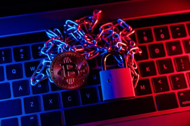 Concetto di sequestro dell'account bitcoin bitcoin con catena e lucchetto sulla tastiera