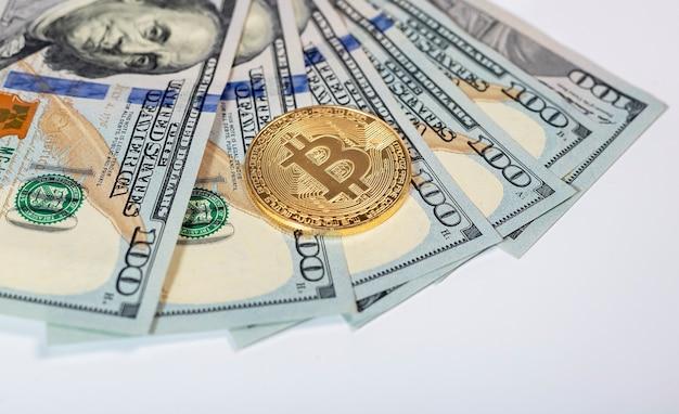 Moneta d'oro bitcoin o btc con segno di criptovaluta sulle banconote del dollaro americano