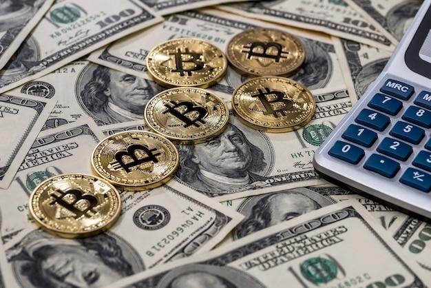 Bitcoin e calcolatrice sulle banconote da un dollaro