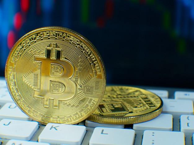 La moneta bitcoin sull'immagine della tastiera per il contenuto di criptovaluta.