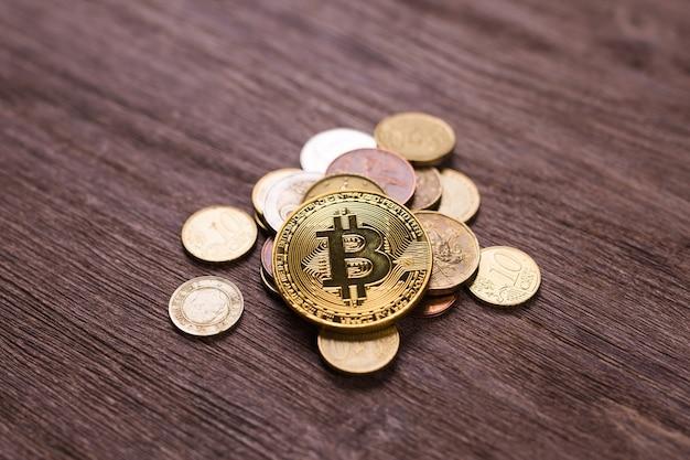 Bitcoin su monete di diversi paesi. sistema di pagamento digitale. denaro crittografico della moneta digitale sulla fattoria di bitcoin nel cyberspazio digitale.