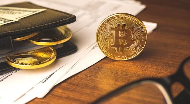 Concetto di guadagno di valuta bitcoin, sfondo aziendale con portafoglio in pelle pieno di monete di valuta criptata, foto di sfondo del tavolo in legno