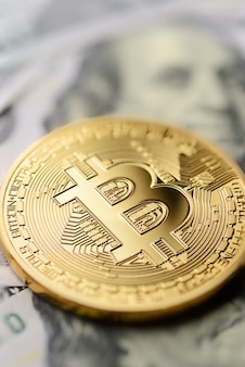 Bitcoin e banconote da un dollaro