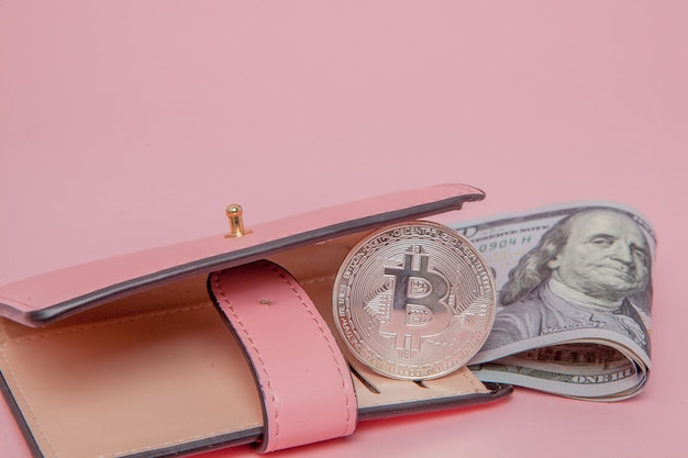 Bitcoin e dollari in un portafoglio rosa