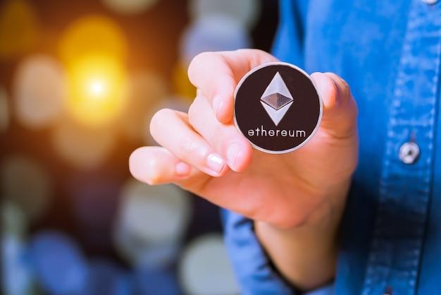 Bitcoin, ethereum, litecoin, ripple. le donne tengono a portata di mano la moneta della criptovaluta