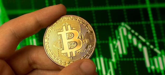 Concetto di crescita finanziaria di bitcoin, sfondo bancario di denaro virtuale, foto ravvicinata della moneta in mano