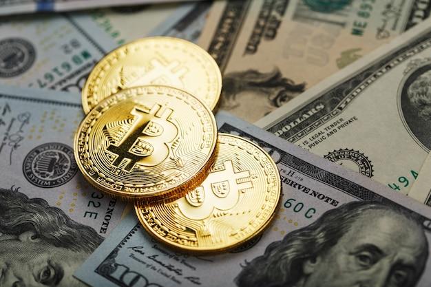 Monete d'oro bitcoin sulle banconote in dollari usa