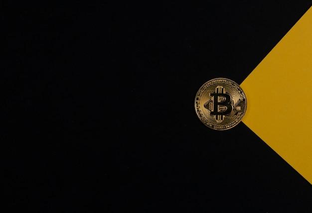 Bitcoin moneta d'oro su sfondo nero con copia spazio per testo e raggio di luce gialla o raggio. criptovaluta e investimento in criptovalute.