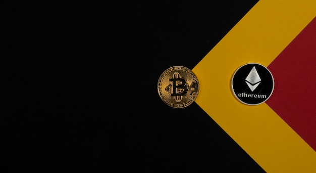 Bitcoin moneta d'oro e argento ethereum su sfondo nero con copia spazio per il testo.