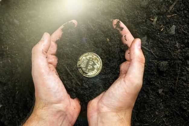 Bitcoin nelle mani del minatore. estrarre bitcoin d'oro