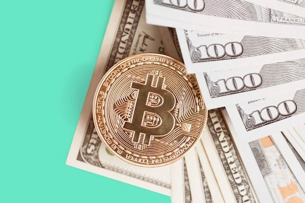 Bitcoin è una moneta d'oro sulle banconote da un dollaro. concetto finanziario