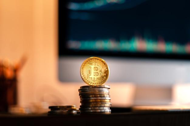 Bitcoin è posizionato su una scrivania di fronte a un computer grafico