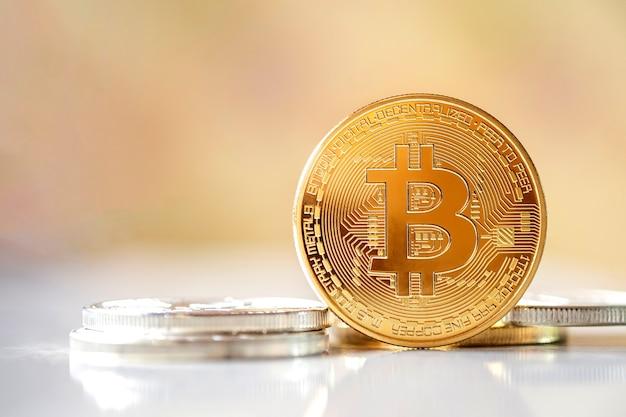 Bitcoin in piedi di fronte su sfondo sfocato luminoso, il denaro virtuale di criptovaluta di nuovo concetto è il futuro dei pagamenti finanziari online in valuta digitale, spazio di testo copia gratuita