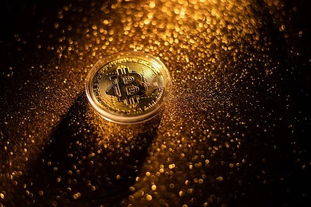 Bitcoin denaro virtuale crypto valuta concept.burning simbolo bitcoin.