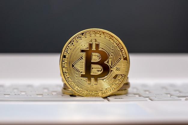 Bitcoin sulla fine bianca del computer portatile su