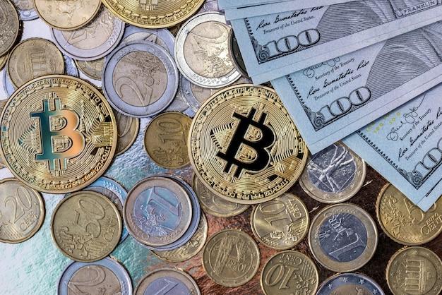 Bitcoin con banconote in dollari e centesimi