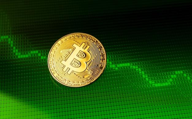 Bitcoin con grafico azionario verde e positivo, concetto di investimento in criptovaluta, aumento della capitalizzazione, foto di sfondo