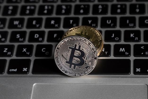 I bitcoin si trovano sulla tastiera del laptop