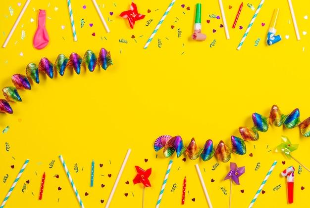 Bithday decorazioni per feste su sfondo giallo vista dall'alto