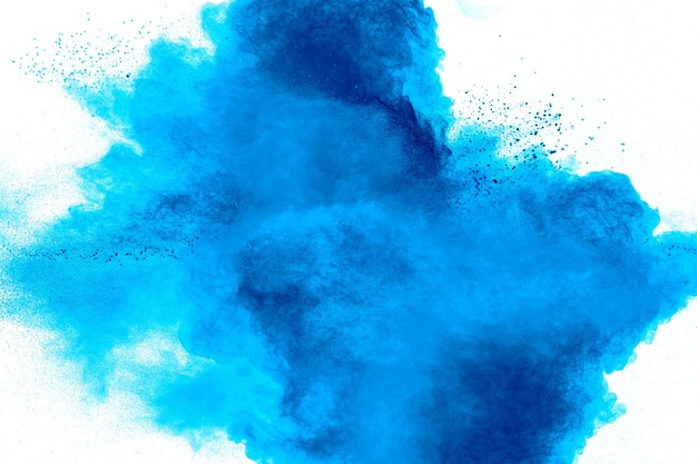 Forme bizzarre di nuvola di esplosione di polvere blu su priorità bassa bianca. particelle di polvere blu lanciate che spruzzano.