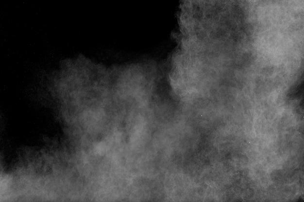 Forme bizzarre di nuvola bianca esplosione di polvere su sfondo nero.