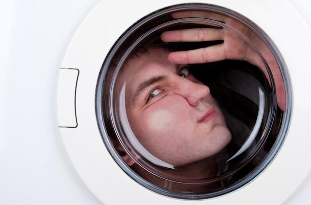 Uomo bizzarro all'interno della lavatrice