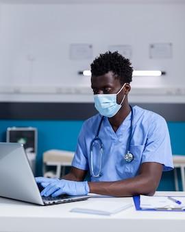 Adulto nero con professione di infermiera che lavora presso una clinica sanitaria