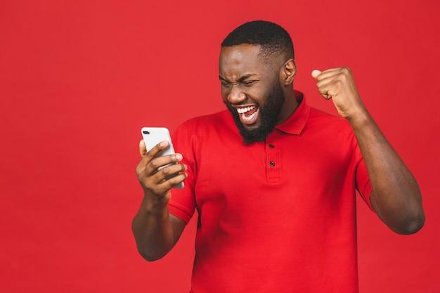 Uomo afroamericano nero sapendo che è diventato vincitore di qualcosa di così godendo le notizie