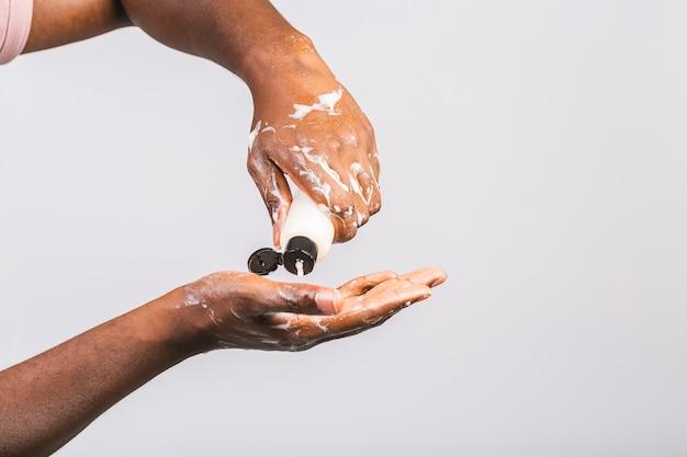 Uomo afroamericano nero lavarsi le mani
