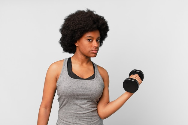 Donna fitness afro nera con manubri