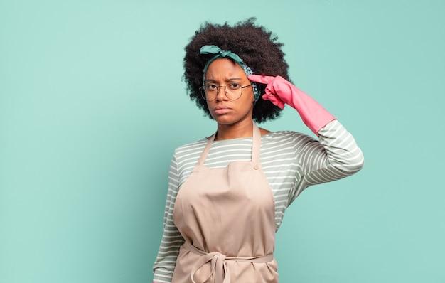 Donna afro nera che si sente confusa e perplessa, dimostrando che sei pazzo