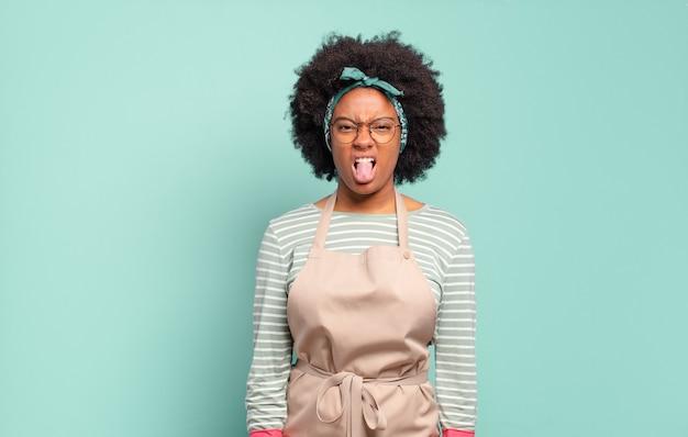 Donna afro nera che si sente disgustata e irritata, tira fuori la lingua, non ama qualcosa di brutto e schifoso. concetto di pulizia.. concetto di famiglia