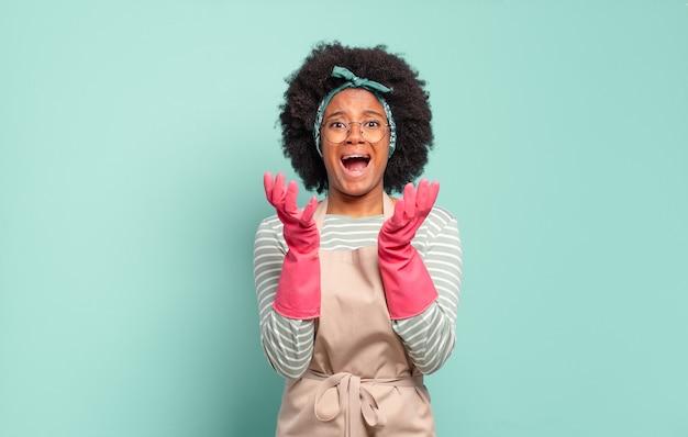 Donna afro nera che sembra disperata e frustrata, stressata, infelice e infastidita, gridando e urlando. concetto di pulizie .. concetto di famiglia