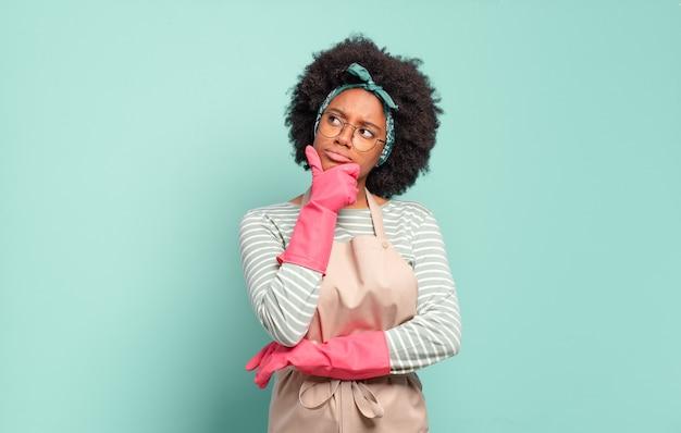 Donna afro nera che pensa, che si sente dubbiosa e confusa