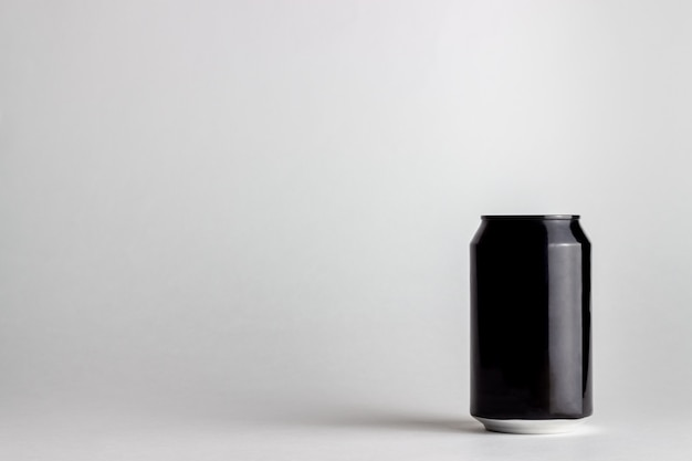 Lattina di alluminio nero su sfondo bianco. modello.