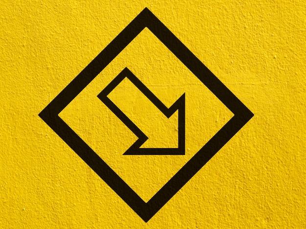 Una freccia nera punti dipinti su un muro di stucco esterno