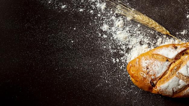 Sfondo nero con pane bianco