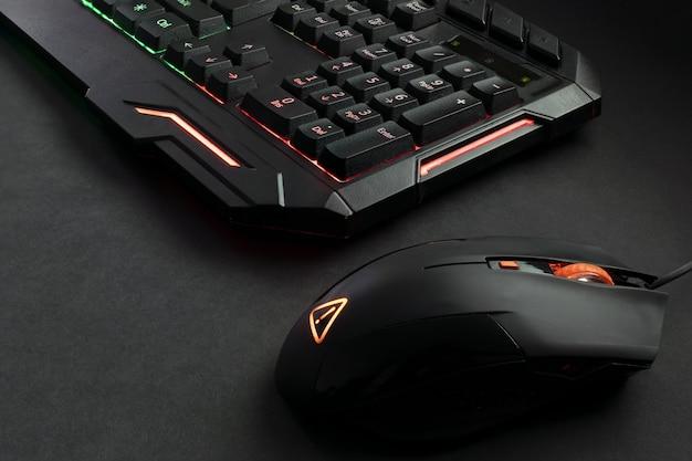 Tastiera da gioco retroilluminata nera e mouse da gioco